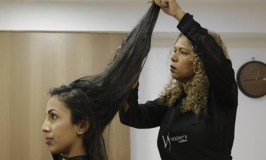 A estudante Raiane Gomes doou 20cm de cabelo para a Cabelegria Foto: Gabriel de Paiva