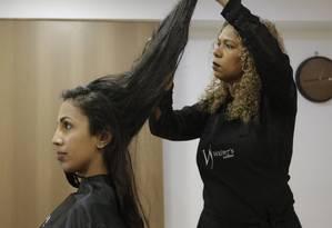 A estudante Raiane Gomes doou 20cm de cabelo para a Cabelegria Foto: Gabriel de Paiva / Gabriel de Paiva