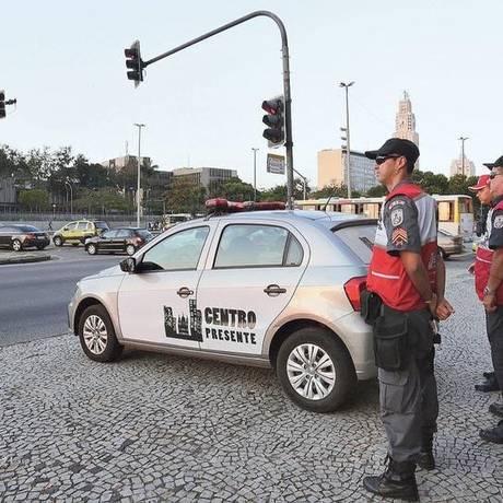Agentes do Centro Presente patrulham a Avenida Presidente Vargas, perto da Central do Brasil: com o projeto, 522 policiais e ex-militares vão para as ruas da região diariamente Foto: Márcio Alves / Agência O GLOBO