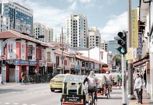 Serangoon Road, o coração de Little India, um dos enclaves que podem ser explorados em Cingapura em passeios que podem ser feitos a pé Foto: Rebecca Toh / NYT