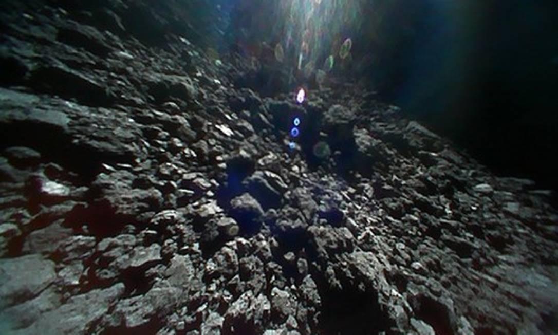 """Imagem feita pelo robô designado """"1B"""" da superfície do asteroide feita logo após seu pouso, no domingo passado Foto: / Divulgação/Jaxa"""