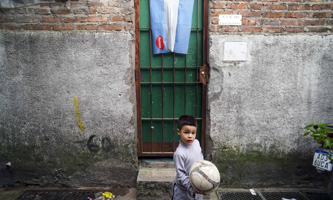 Garoto brinca em subúrbio pobre de Buenos Aires: pobreza já atinge 27,3% da população Argentina Foto: EITAN ABRAMOVICH / AFP