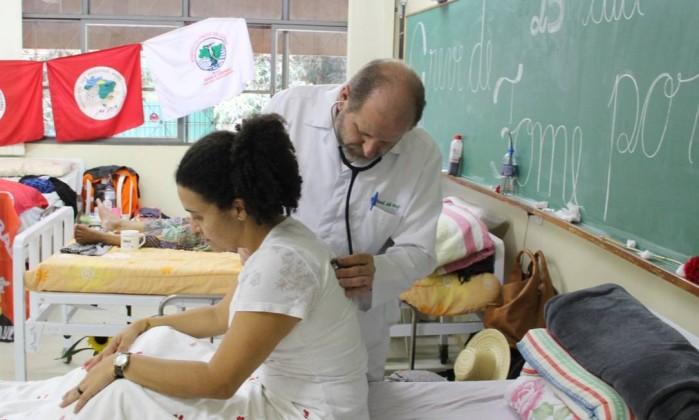 O médico Ronald Wolff atende Zonália Ferreira, uma das oito pessoas que fizeram greve de fome em agosto, pela libertação de Lula Foto: Divulgação