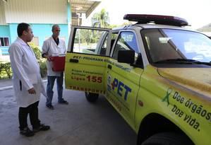 Carro equipado para fazer o transporte de órgãos: para lugares fora da Região Metropolitana, eles seguem de helicóptero Foto: Roberto Moreyra / Agência O Globo