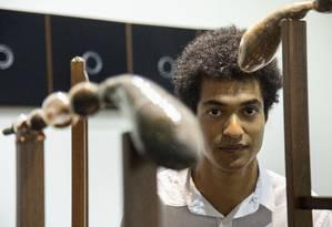 Antonio Tarsis e as obras das séries ´Trabuco' e 'Genocídio simbólico': materiais recolhidos no espaço urbano Foto: Ana Branco / Agência O Globo