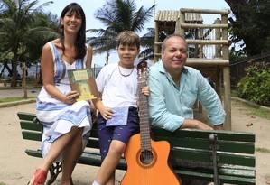 A jornalista Júlia Amin, Caetano e Gustavo Stephan: programação infantil Foto: Roberto Moreyra / Agência O Globo