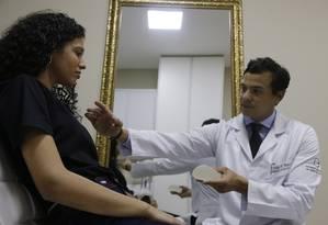 Marcella Carreira, de 16 anos, durante consulta com o cirurgião Felipe Magno Foto: Antonio Scorza / Agência O Globo