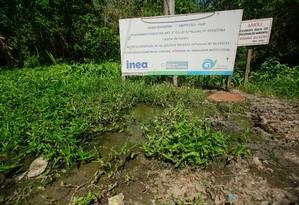 Para o rio: sob placa que indica área de proteção, vazamento exala mau cheiro Foto: Brenno Carvalho / Agência O Globo