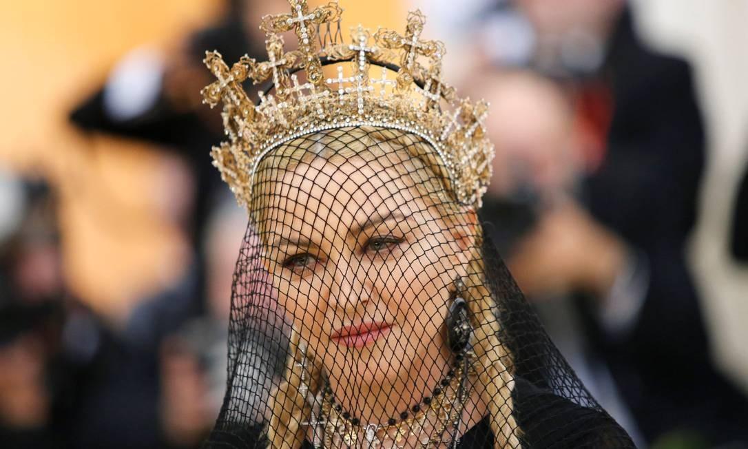 Em sua conta do Instagram, Madonna postou uma imagem em que demonstra apoio ao #elenao, com dizeres como '#elenao vai nos desvalorizar' e '#elenaovainosoprimir'. Na foto, a cantora chega ao jantar do Met Gala, em Nova Iorque Eduardo Munoz / Reuters