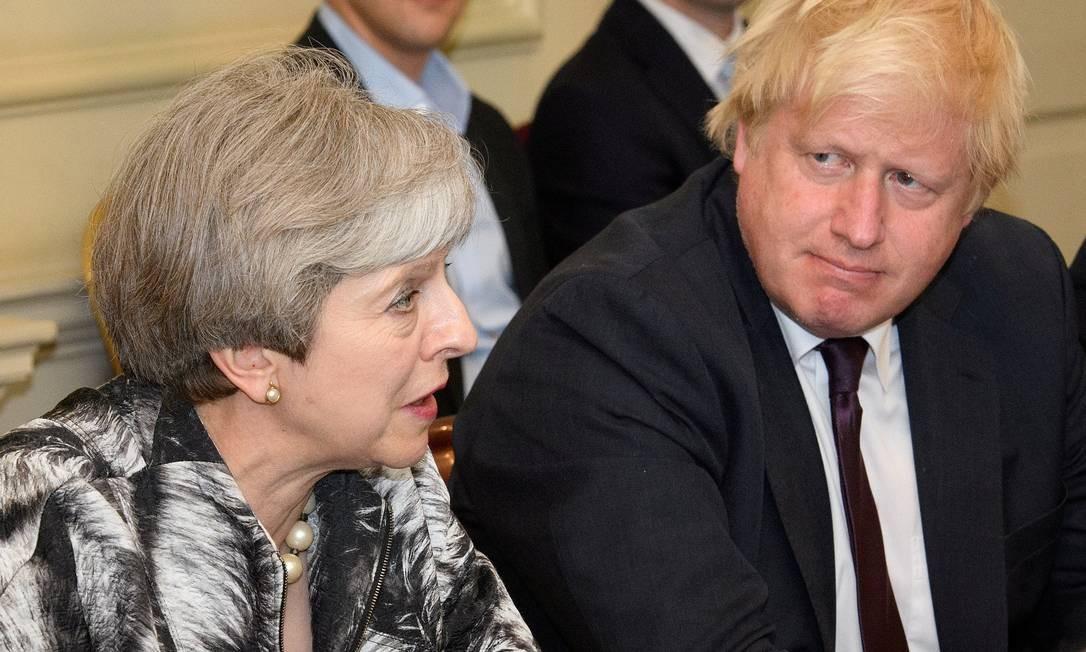 Em junho de 2017, May fala ao lado do seu então chanceler, Boris Johnson: um dos favoritos para sucessão Foto: POOL New / REUTERS