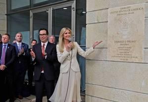 Ivanka Trump exibe inscrição que marca a nova embaixada dos EUA, acompanhada pelo secretário do Tesouro, Steven Mnuchin Foto: MENAHEM KAHANA / AFP