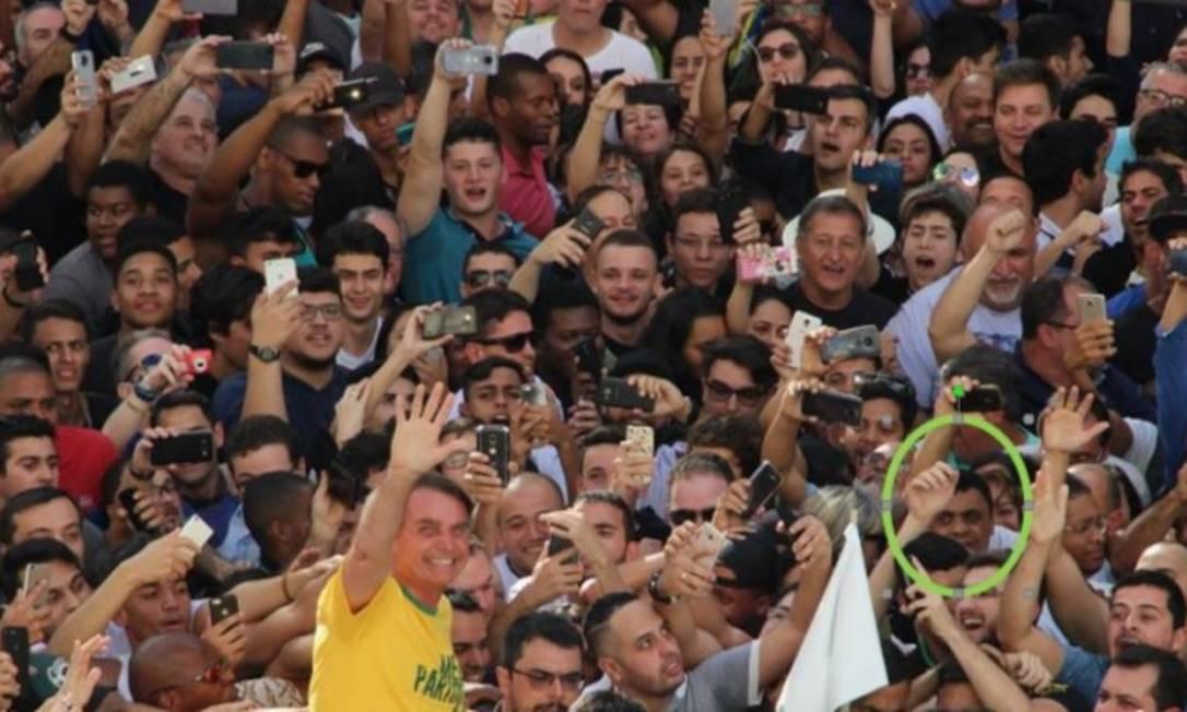 Fotos mostram Adélio próximo de Bolsonaro, antes de dar a facada Foto: Reprodução