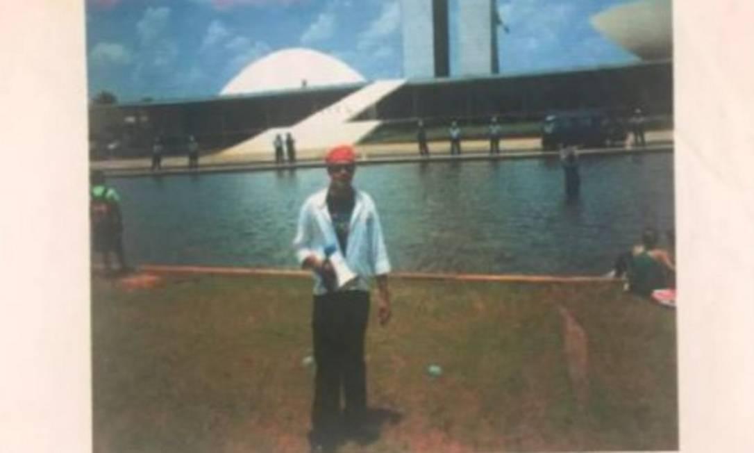 Foto antiga de Adélio em frente ao Congresso Nacional, me Brasília Foto: Reprodução