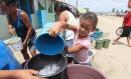 Criança separa água para família em Águas Belas (Pernambuco): programa de vigilância instituído pelo governo federal ainda não alcançou meta Foto: Hans von Manteuffel/18-4-2013