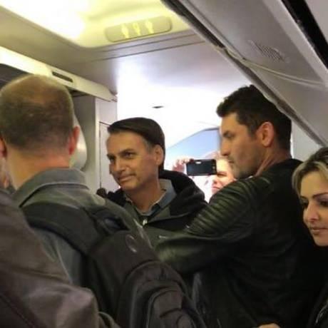 Bolsonaro embarca em voo com destino ao Rio de Janeiro Foto: Foto de passageiro