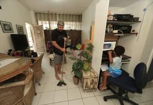Leonardo Menezes, 24 anos, não estuda e parou de procurar trabalho porque tem de cuidar do filho Heitor, 3. Ele e a esposa, empregada, não conseguem vaga em creche Foto: Roberto Moreyra / Agência O Globo