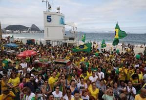 Apoiadores do candidato à Presidência Jair Bolsonaro (PSL) fazem ato em Copacabana Foto: PILAR OLIVARES / REUTERS
