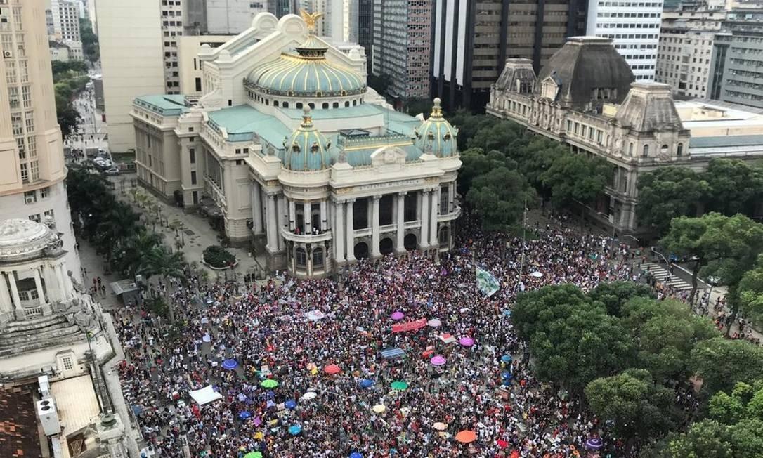 Protesto organizado pelas redes sociais contra o candidato Jair Bolsonaro reuniu dezenas de milhares de pessoas neste sábado, na Cinelândia, no Centro do Rio Foto: TV Globo