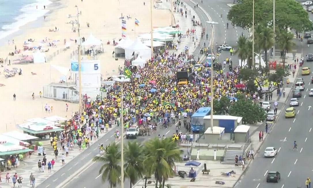 Manifestantes de reúnem na orla de Copacabana a favor do candidato do PSL, na Zona Sul do Rio Foto: G1