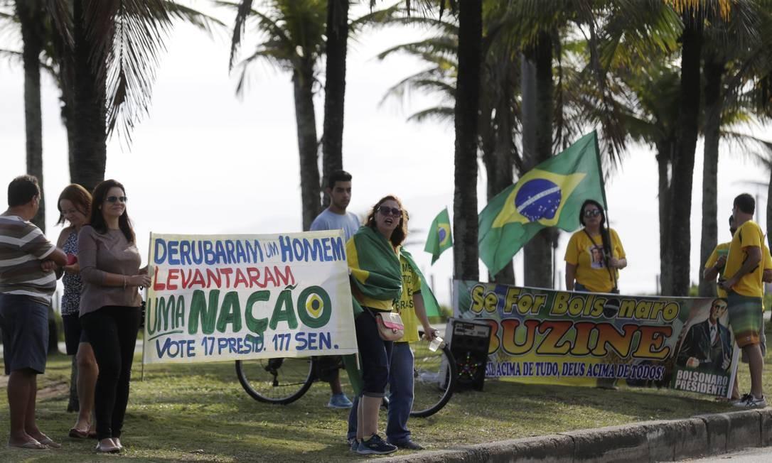 Simpatizantes do candidato Jair Bolsonaro (PSL) esperam em frente ao condomínio do presidenciável na Barra da Tijuca, Zona Oeste do Rio Foto: MARCELO tHEOBALD / Agência O Globo