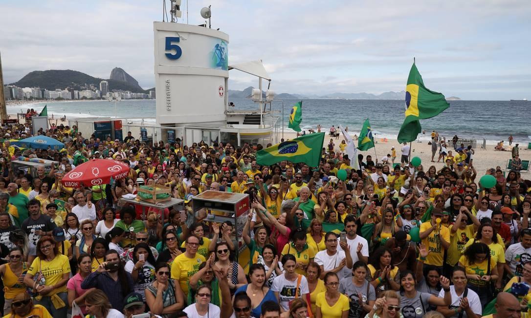 Apoiadores do candidato à Presidência Jair Bolsonaro (PSL) fazem ato no Posto 5 da praia de Copacabana Foto: PILAR OLIVARES / REUTERS