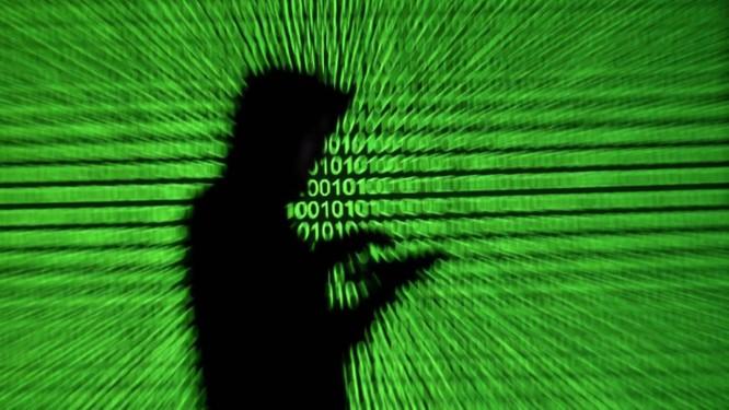 Uma pessoa acessa a internet pelo celular Foto: Dado Ruvic / Agência O Globo