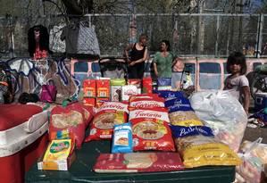 Alimentos não perecíveis oferecidos numa feira de trocas em Monte Grande, na Argentina: inflação fez aumentar muito o preço da comida no país Foto: Eitan Abramovich / AFP