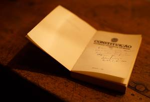 Reproducao de assinatura do Dr. Ulysses Guimaraes em livo da Constituição, assinado em 05 de outubro de 1988. Foto: Daniel Marenco / Agência O Globo