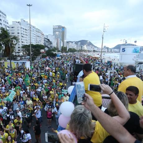 Manifestantes em protesto a favor do candidato do PSL à Presidência da República, Jair Bolsonaro, em Copacabana, no Rio de Janeiro Foto: Pedro Teixeira / Agência O Globo
