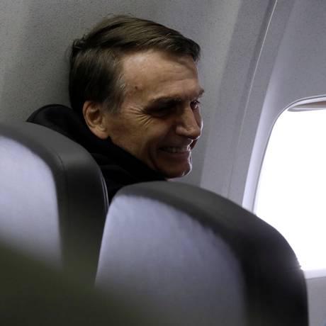 Jair Bolsonaro no voo de volta para sua casa, no Rio de Janeiro, após passar quase um mês internado em São Paulo Foto: STRINGER / REUTERS