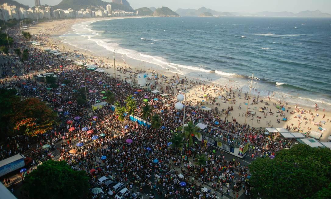 Milhares de pessoas lotam a Praia de Copacabana na Parada Gay Foto: Brenno Carvalho / Agência O Globo