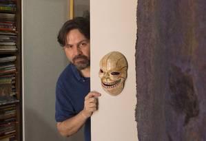 O escritor pernambucano Marcelino Freire, em seu apartamento em São Paulo Foto: Edilson Dantas / Agência O Globo