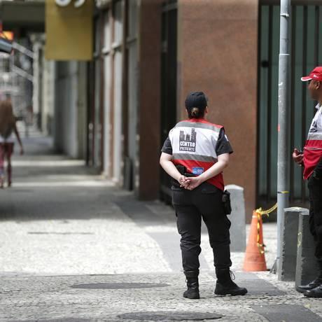 Agentes do Centro Presente: governo do estado financiará projeto até dezembro Foto: Marcio Alves / Agência O Globo