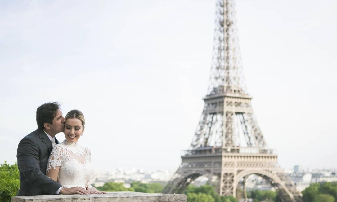 Renata e Marcelo se casaram no terraço do hotel, com vista para a Torre Eiffel Foto: Arquivo pessoal