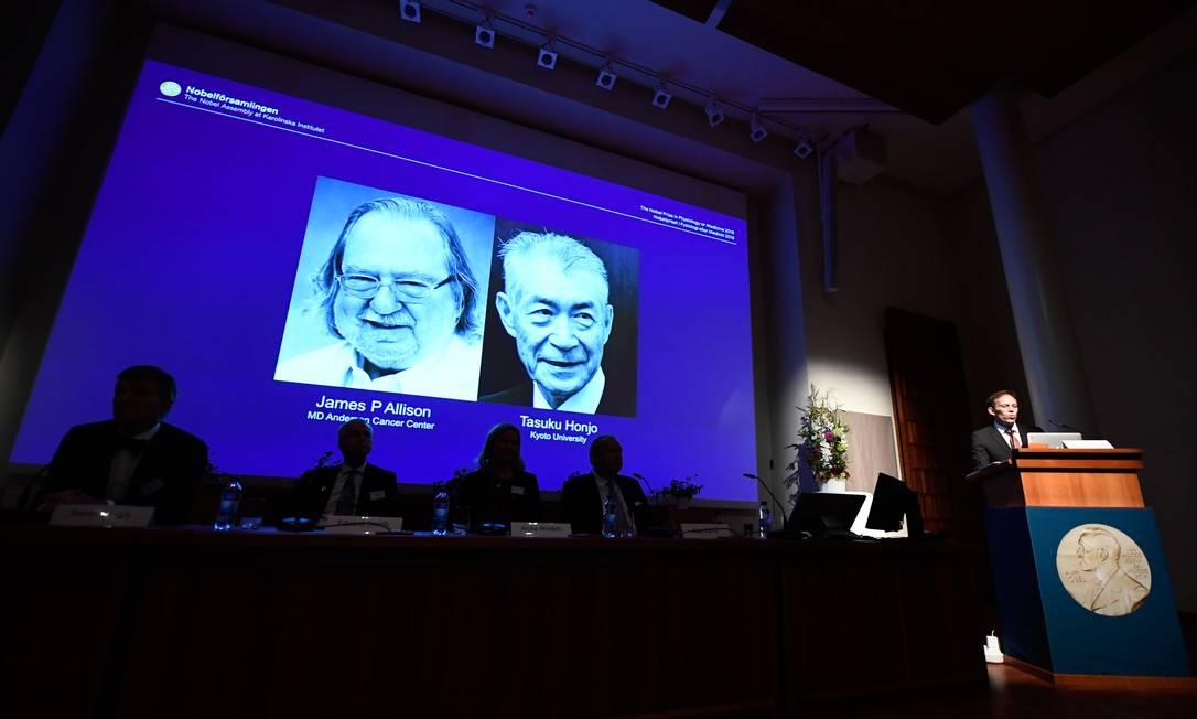 Secretário do Comitê Nobel de Medicina, Thomas Perlmann anunciando os vencedores do prêmio de 2018 Foto: JONATHAN NACKSTRAND / AFP