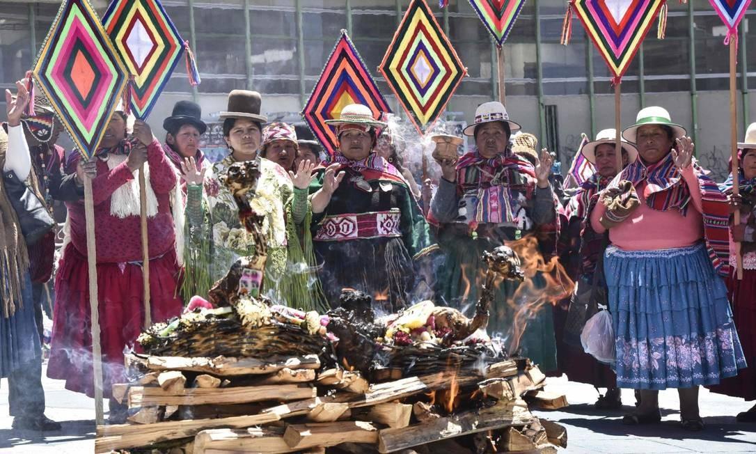 Grupo de sacerdotes indígenas bolivianos reza em La Paz para enviar energias a juizes da Corte Internacional de Justiça, em Haia, em favor do pedido de La Paz por um acesso soberano ao Oceano Pacífico Foto: AIZAR RALDES / AFP