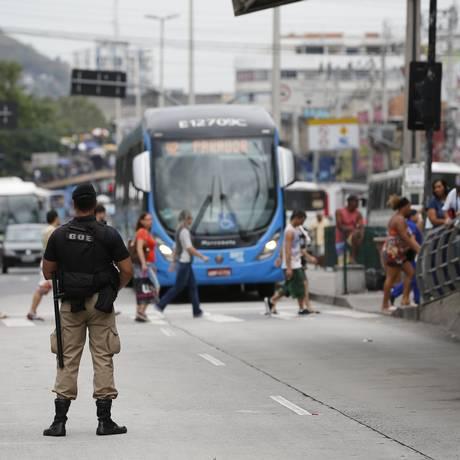 Guardas fazem fiscalização para coibir calote no BRT Foto: Pablo Jacob / Pablo Jacob