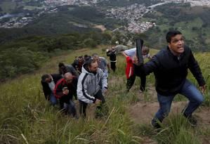 O candidato à Presidência Cabo Daciolo sobe a encosta do Monte das Oliveiras em Campo Grande, Rio de Janeiro Foto: Domingos Peixoto / Agência O Globo