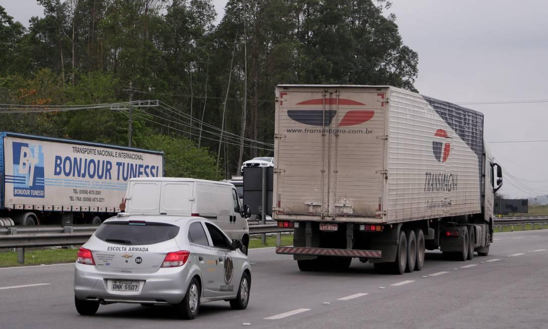 Caminhão com escolta passa pela Rodovia Presidente Dutra, na altura de Seropédica: Rio registra média de um assalto a caminhão por hora Foto: Cléber Júnior / Agência O Globo