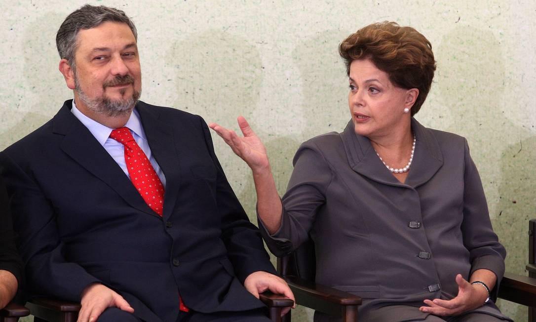 Dilma Rousseff e Antonio Palocci, durante cerimônia no Palácio do Planalto Foto: Gustavo Miranda/Agência O Globo