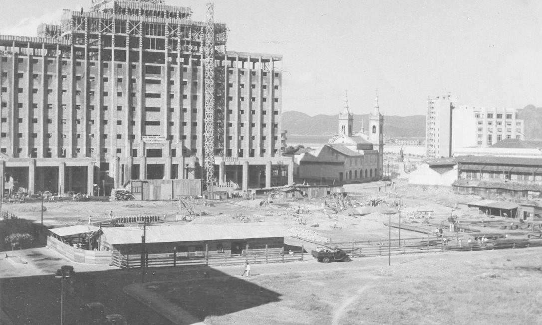 Preparação do terreno do Castelo no final de 1936, com o quarteirão da ABI ainda desocupado Foto: Divulgação