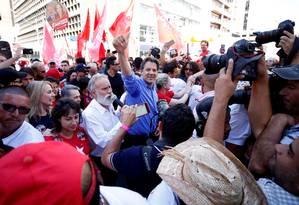 Fernando Haddad faz campanha em Curitiba Foto: RODOLFO BUHRER / REUTERS