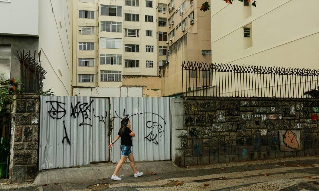 O terreno vazio na Avenida Atlântica, onde ficava a Casa de Pedra Foto: Brenno Carvalho / Agência O Globo