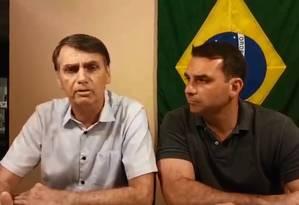 Jair Bolsonaro faz transmissão no Facebook, ao lado do filho Flávio Foto: Reprodução/Facebook