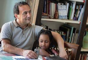 Prefeito de Riace, Domenico Lucano posa para foto no seu gabinete com menina originária da Etiópia Foto: MARIO LAPORTA / AFP