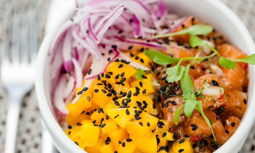 Espaço 7zero6. Poke de salmão em cama de arroz japonês, pepino, manga, cebola roxa e gergelim (R$ 44) Foto: dhani accioly borges / Divulgação