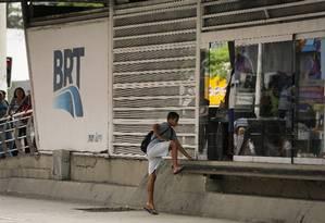 Jovem entra no BRT sem passar por catracas Foto: Pablo Jacob/1-1-2018 / Agência O Globo