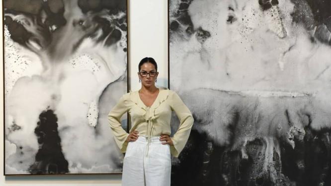 Paula Klien diante das suas telas no estande da Emmathomas na ArtRio Foto: Mariama Prieto/Divulgação