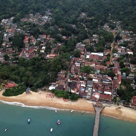 Trecho de mata e praia da Ilha Grande Foto: Custódio Coimbra / Agência O Globo