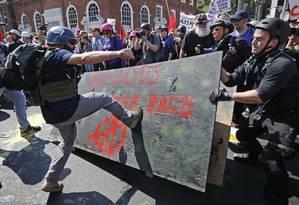 Em agosto do último ano, membros dos movimentos supremacistas brancos americanos entram em combate com manifestantes da oposição, quando entravam no Emacipation Park, em Charlottesville Foto: CHIP SOMODEVILLA / AFP